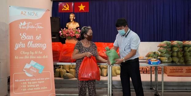 AZ Nose tặng nhu yếu phẩm cho người nghèo TP HCM