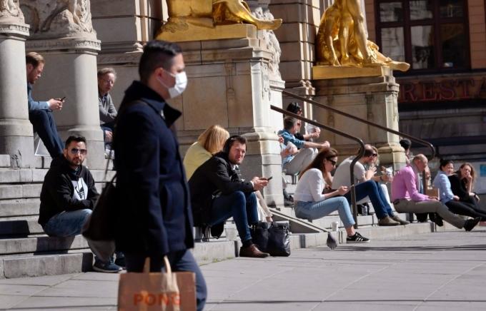 Người dân Thụy Điển bên ngoài Nhà hát kịch Hoàng Gia ngày 22/4. Ảnh:JANERIK HENRIKSSON/CNBC