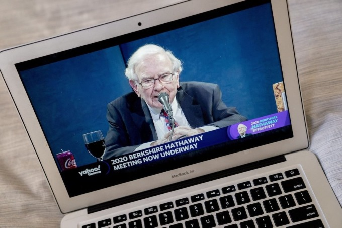 Tỷ phú Warren Buffett điều hành cuộc họp trực tuyến đại hội đồng cổ đông thường niên năm 2020. Ảnh: Bloomberg