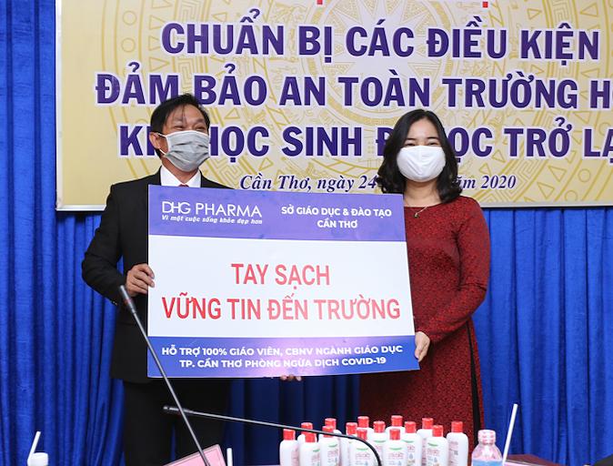 Ông Đoàn Đình Duy Khương TGĐ Điều hành Dược Hậu Giang trao tặng gel rửa tay cho bà Trần Hồng Thắm Giám Đốc Sở Giáo dục và Đào tạo TPCT