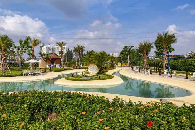 Hồ cảnh quan Oceania ngay công viên trung tâm không chỉ tạo nét thẩm mỹ hiện đại cho khu đô thị, mà còn cải thiện không khí, điều tiết khí hậu, đáp ứng nhu cầu sống xanh ngày càng cao của cư dân thành đạt. Mỗi sáng cuối tuần, gia đình cư dân có thể tổ chức chạy bộ, cùng ngồi nghỉ ngơi tại quán cà phê ngắm nhìn công viên nội khu. Con trẻ thỏa thich nô đùa với các hoạt động ngoài trời, nơi có khu vui chơi nhiều màu sắc và hoa cỏ, nhờ đó, phát triển cả thể chất lẫn tinh thần. Với thế hệ lớn tuổi, bầu không khí yên tĩnh tại đây có thể là nơi hưởng thụ cuộc sống thư giãn, yên bình, với những bài tập thể dục mỗi sáng hoặc những buổi hàn huyên cùng bạn bè mỗi chiều cuối tuần.