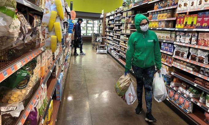 Một người mua hàng tạiWhole Foods, Los Angeles, California, Mỹ vào ngày 12/4. Ảnh: Reuters