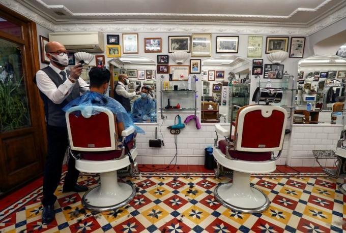 Một hiệu cắt tóc tại Madrid (Tây Ban Nha) trong ngày đầu tiên mở cửa trở lại. Ảnh: Reuters