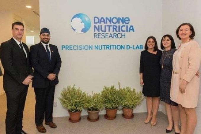 Các nhân viên Nutricia tại phòng nghiên cứu Singapore.