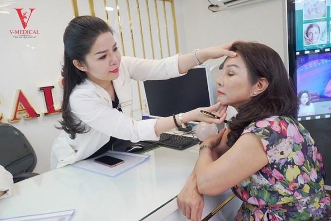Nhân viên V-Medical tư vấn cho khách hàng.