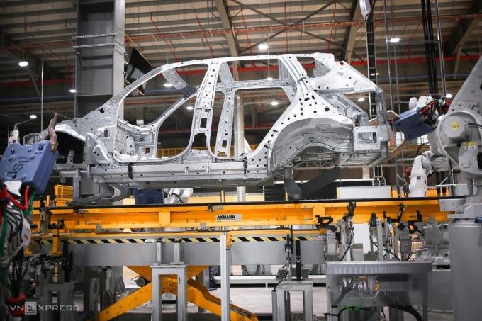Sản xuất khung vỏ ôtô con tại Nhà máy Ôtô Vinfast. Ảnh: Cao Tuấn.