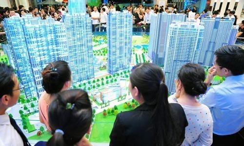 Môi giới bất động sản tư vấn cho khách xem một dự án tại TP HCM năm 2017. Ảnh: K.H