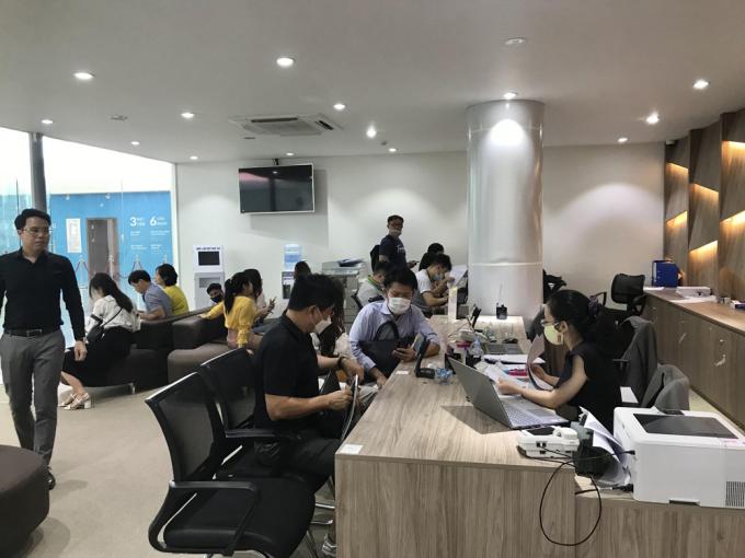 Đông đảo khách hàng người nước ngoài tới ký thủ tục trong ngày đầu mở bán.