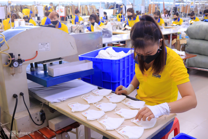 Công nhân của một doanh nghiệp ở quận Tân Bình, TP HCM may khẩu trang kháng khuẩn để xuất khẩu sang các nước Trung Đông. Ảnh: Nguyệt Nhi