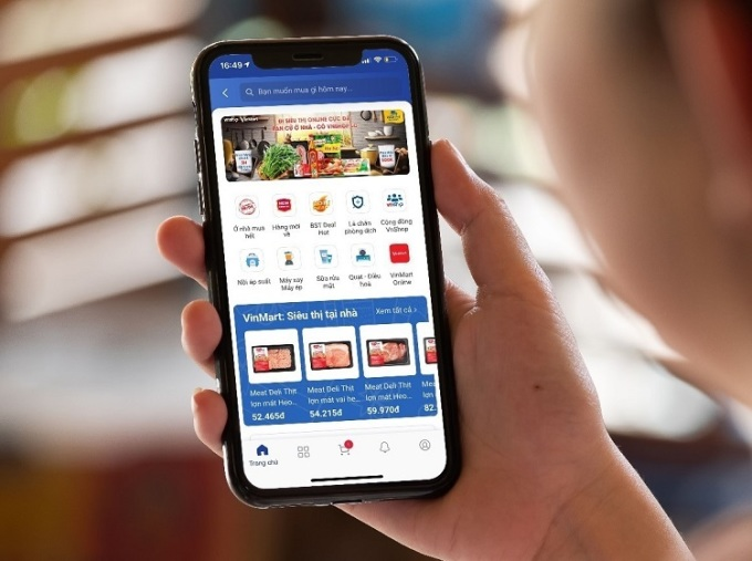 Người dùng sử dụng tính năng đi siêu thị online trên ứng dụng ngân hàng của BIDV.