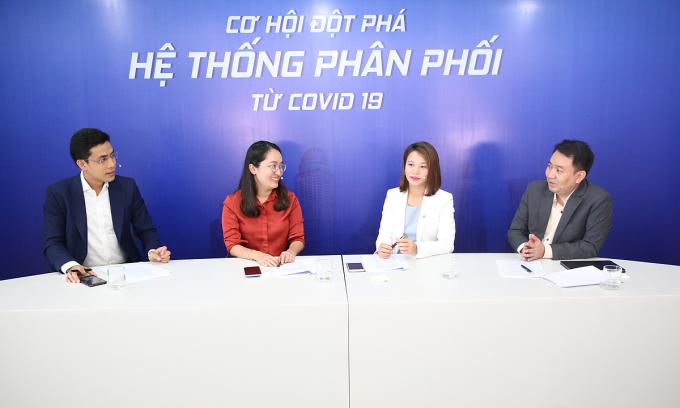 Tham dự tọa đàm, từ trái qua, MC Quốc Khánh, bà Vũ Thị Nhật Linh, bà Phan Bích Tâm và ông Lê Trí Thông. Ảnh: TBKTSG