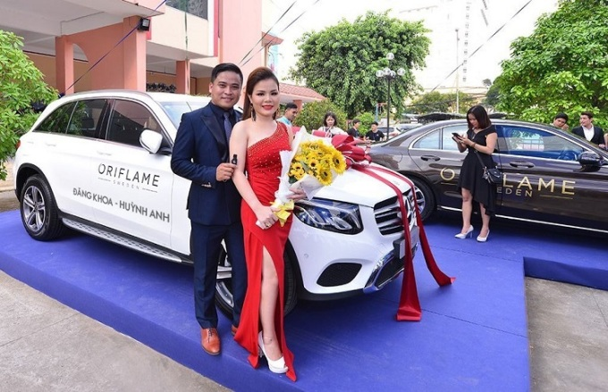Ông Đăng Khoa và bà Huỳnh Anh là 2 nhà phân phối xuất sắc do ông Nguyễn Hải, bà Châu Hiền hỗ trợ kinh doanh.