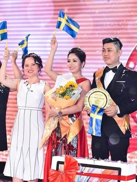 Theo thứ tự trái sang phải: Bà Hà Thị Quỳnh Trâm - Tổng giám đốc Oriflame Việt Nam, bà Châu Hiền, ông Nguyễn Hải trong một sự kiện.