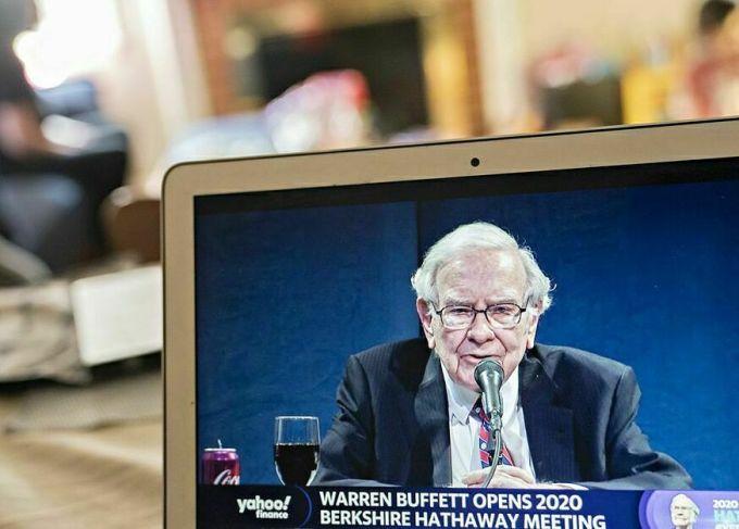 Warren Buffett đã bán nhiều cổ phiếu ngân hàng lớn