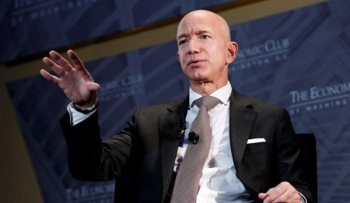 Tỷ phú Jeff Bezos ngày một giàu thêm nhờ việc bán chạy mặt hàng trực tuyến của Amazon, đặc biệt trong đại dịch. Ảnh: Reuters.