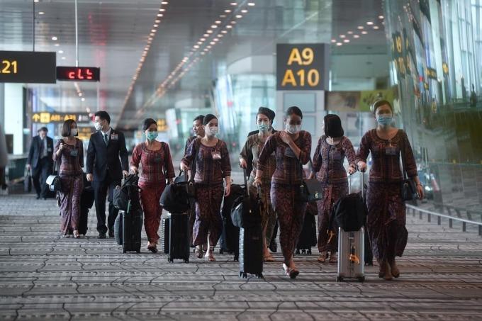 Tiếp viên củaSingapore Airlines đeo khẩu trang trong mùa dịch. Ảnh:Straitstimes