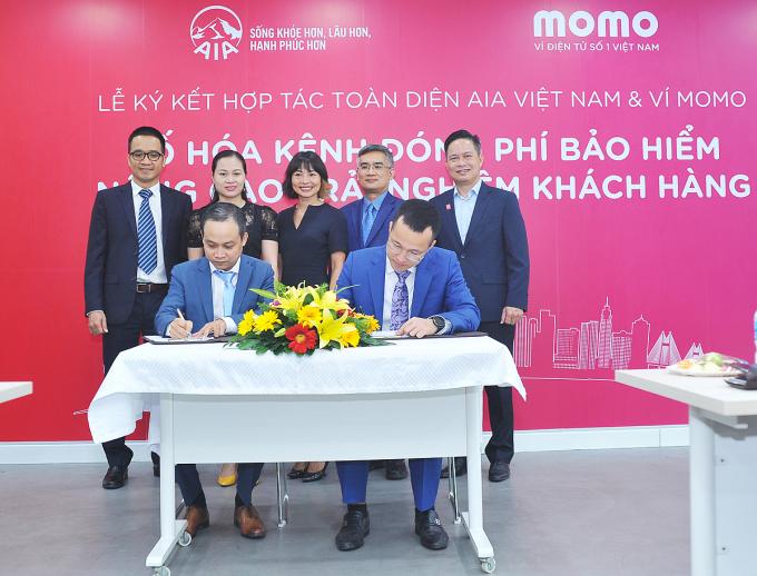 Đại diện Vid MoMo và AIA Việt Nam tại lễ ký kết hợp tác.