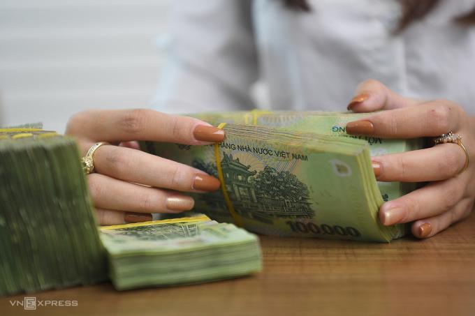 Giao dịch tại một ngân hàng ở Hà Nội. Ảnh: Giang Huy.