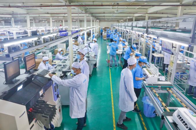 Công nhân dây chuyền sản xuất nhà máy Asanzo Bình Tân, TP HCM.Ảnh: Hữu Khoa.