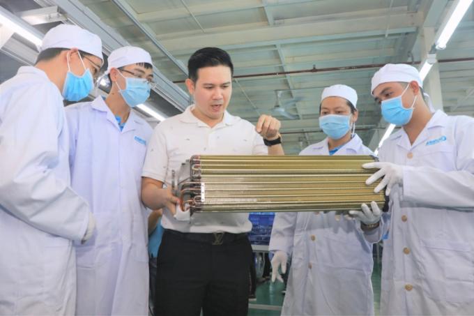 Ông Phạm Văn Tam - Chủ tịch HĐQT Asanzo (ở giữa) thảo luận cùng các kỹ thuật viên dàn đồng.Ảnh: Hữu Khoa.