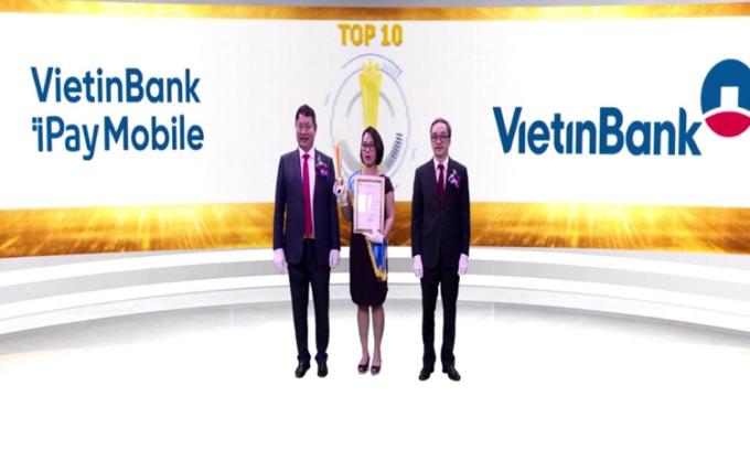 Bà Đặng Thị Tuyết Minh – Phó Giám đốc Khối Bán lẻ VietinBank đại diện nhận giải thưởng.