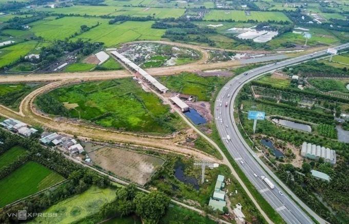 Dự án cao tốc Trung Lương - Mỹ Thuận đầu tư theo BOT, xây dựng 10 năm vẫn chưa xong. Ảnh: Quỳnh Trần