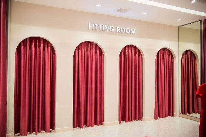 Phòng thử đồ được trang hoàng theo diện mạo mới.