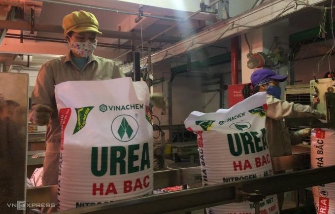 Công nhân sản xuất trong phân xưởng Công ty Đạm Hà Bắc. Ảnh: Thu Nguyễn