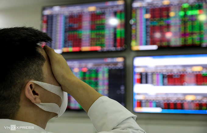 Nhà đầu tư xem bảng giá tại một công ty chứng khoán ở TP HCM hồi tháng 3. Ảnh: Quỳnh Trần.