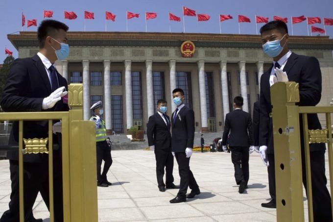 Áp lực với Trung Quốc dù đã bỏ mục tiêu tăng trưởng
