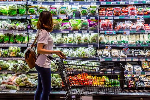 Một khách hàng đang chọn thực phẩm tại siêu thị TP HCM.