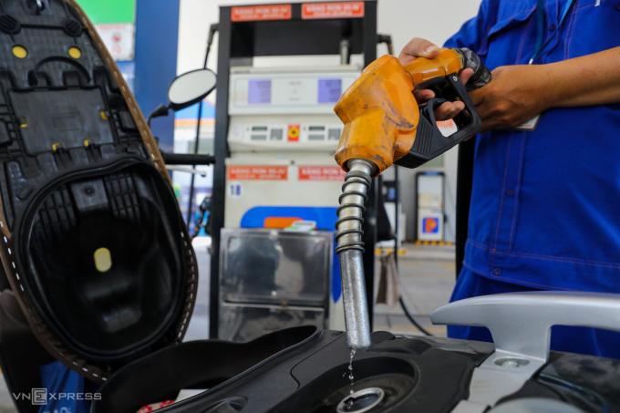 Nhân viên một cây xăng tại Quận 1, TP HCM đang bơm xăng dầu cho khách mua hàng. Ảnh:Như Quỳnh