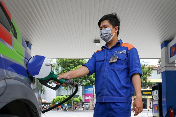 Nhân viên cây xăng đang bán hàng cho khách ở TP HCM. Ảnh: Như Quỳnh.