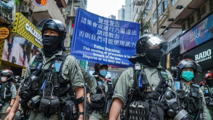 Cảnh sát Hong Kong được huy động để trấn áp người biểu tình phản đối luật an ninh. Ảnh: Bloomberg