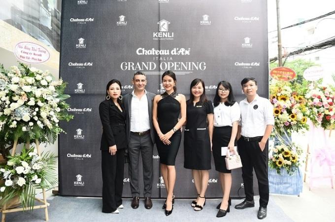 CEO Helen Lan, ông Mattia và phu nhân tại sự kiện khai trương Showroom Chateau dAx đầu tiên ở Việt Nam