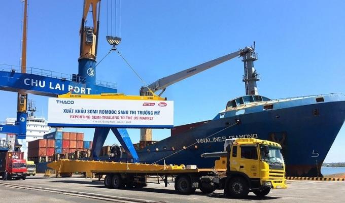 Sơmi rơmoóc đang được vận chuyển lên tàu tại cảng Chu Lai (Quảng Nam).