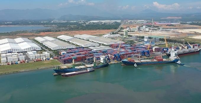 Tàu ZIM cập cảng Chu Lai, chuẩn bị nhận hàng sơmi rơmoóc xuất khẩu sang Mỹ,
