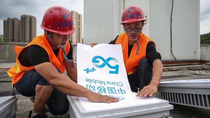 Nhân viên nhà mạng China Mobile lắp đặt hạ tầng 5G. Ảnh: Reuters