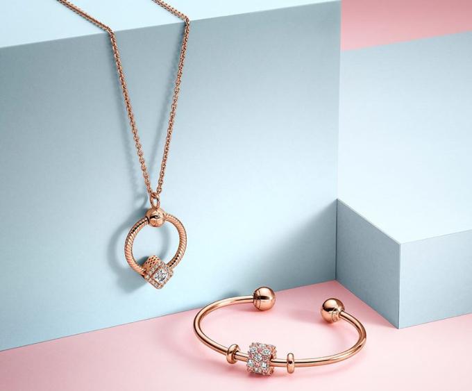 Pandora:thương hiệu trang sức đến từ Đan Mạch với những thiết kế truyền cảm hứng cho phái đẹp sáng tạo nên câu chuyện duy mỹ, mang đậm phong cách của riêng mình, với nhiều những cung bậc cảm xúc và tình yêu.