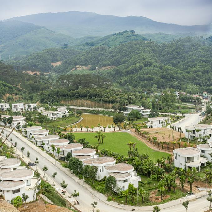 Tọa lạc tại Lâm Sơn (Lương Sơn, Hòa Bình), Ivory Villas & Resort có được địa thế đẹp nhất so với cả vùng,