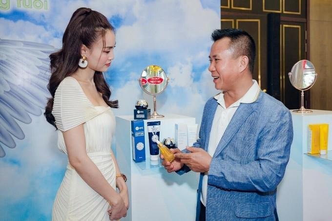 Đại diện nhãn hàng trao đổi cùng Ninh Dương Lan Ngọc tại sự kiện hôm 3/6.