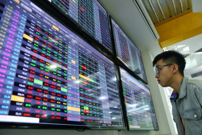 Nhà đầu tư theo dõi bảng giá chứng khoán tại sàn giao dịch VNDIRECT. Ảnh: Hữu Khoa.