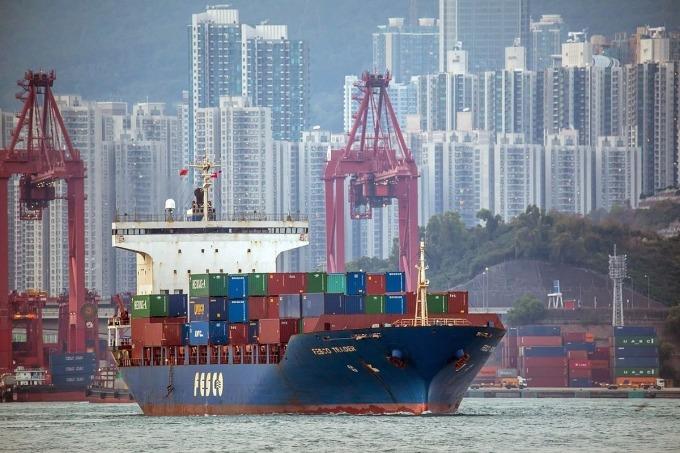 Tàu hàng tại một cảng biển của Hong Kong. Ảnh: Bloomberg