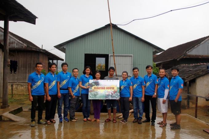 Sabeco trao tặng 2 căn nhà nổi chống lũ tại xã Tân Hóa, Quảng Bình.