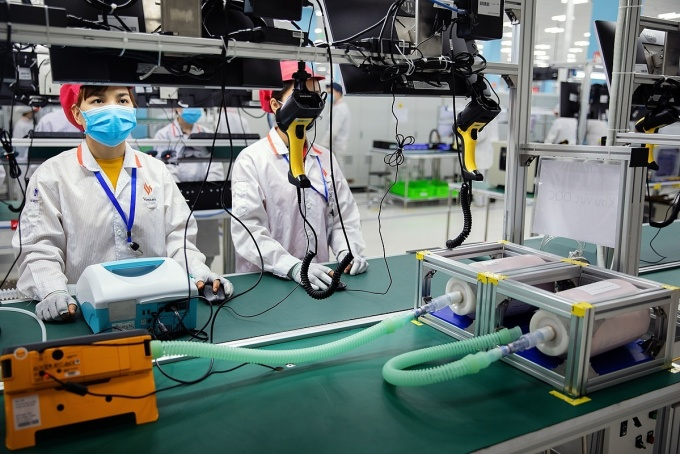 Nhân viên đang kiểm tra hoạt động của máy thở tại nhà máy VinSmart. Ảnh: Bloomberg