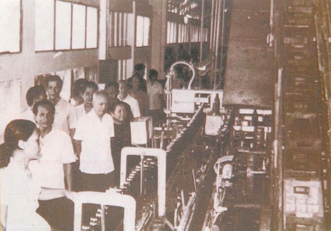 Nguyên Chủ tịch nước Nguyễn Hữu Thọ thăm nhà máy Bia Sài Gòn. Ảnh tư liệu của Sabeco.