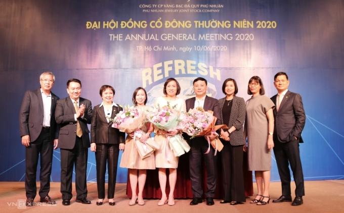 Bà Thảo (thứ tư từ trái sang) cùng hai thành viên Hội đồng quản trị mới ra mắt đại hội đồng cổ đông sáng 10/6: Ảnh: PT.