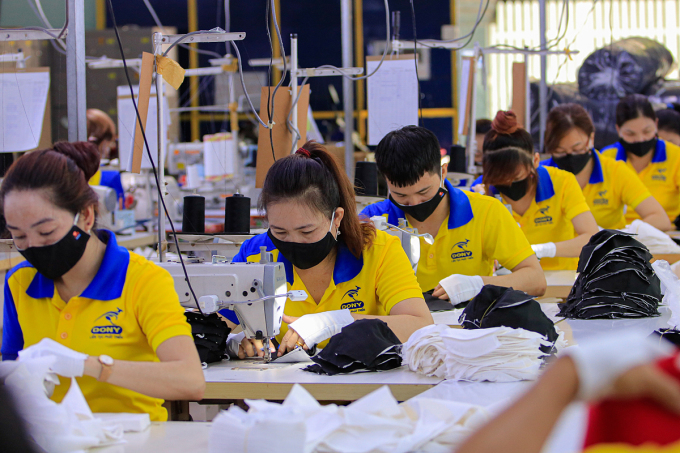 Công nhân của một doanh nghiệp ở quận Tân Bình, TP HCM may khẩu trang. Ảnh: Nguyệt Nhi.