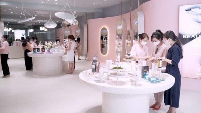 Khách hàng mua sắm tại một showroom H&H.