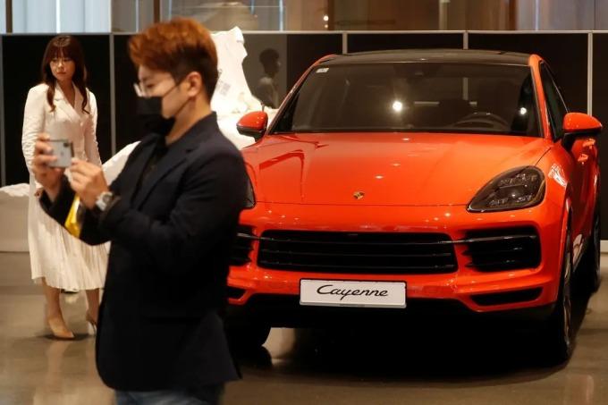 Một mẫuPorsche Cayenne Coupe được trưng bày tại Seoul, Hàn Quốc ngày 16/6. Ảnh: Reuters